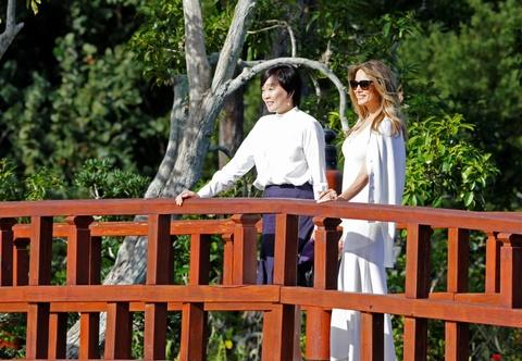 The gioi 24/7: Hinh nom ong Trump noi bat trong le hoi Phap hinh anh 11
