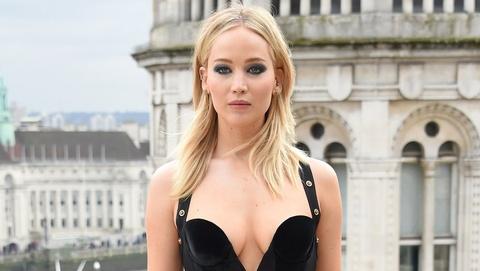 Jennifer Lawrence phan phao loi che mac qua sexy trong troi lanh hinh anh