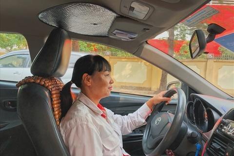 'Bong hong' ngoi sau tay lai taxi hinh anh