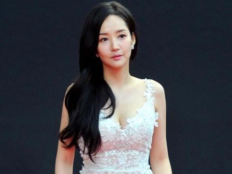 My nhan Han chuong vay hoa ngot ngao tren tham do hinh anh