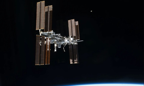 ISS dien tap tru an de tranh manh vo khong gian hinh anh