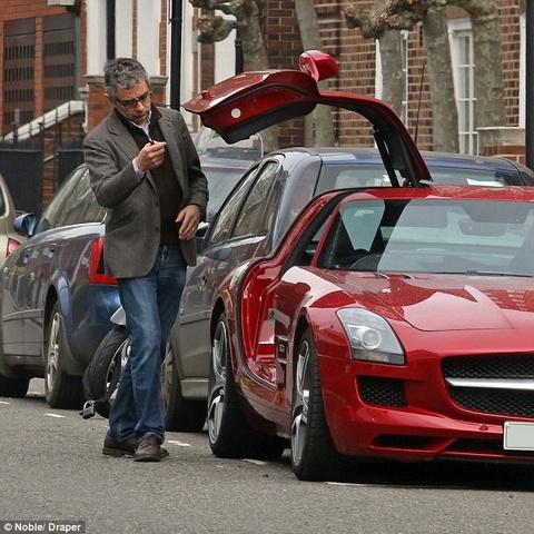 Mr Bean loay hoay voi xe do moi hinh anh