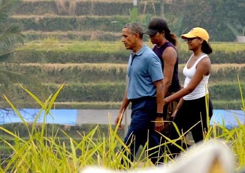Ong Obama dao choi tren dong lua o 'que huong' Indonesia hinh anh