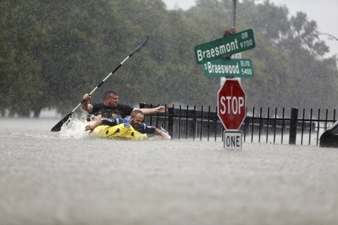 Houston ngap trong 'lu lut tham khoc' do sieu bao Harvey hinh anh