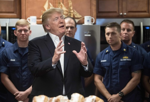 Ong Trump thach dau vat tay voi linh My dip le Ta on hinh anh 3