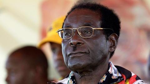 Cuu tong thong Mugabe muon lam nong sau khi 've huu' hinh anh
