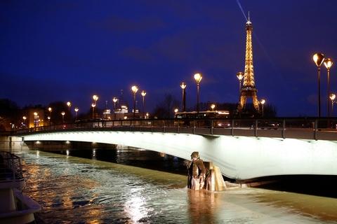 Paris 'that thu' truoc nuoc lu, hang tram nguoi phai so tan hinh anh 8