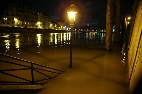 Paris 'that thu' truoc nuoc lu, hang tram nguoi phai so tan hinh anh 10
