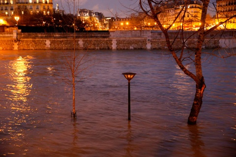 Paris 'that thu' truoc nuoc lu, hang tram nguoi phai so tan hinh anh 11