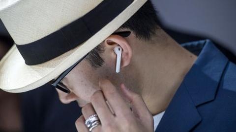 Có nên đeo tai nghe lúc máy bay cất và hạ cánh?