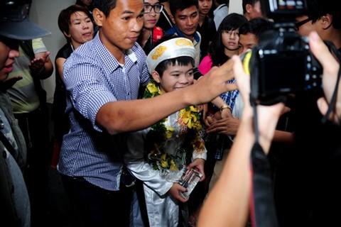 Quang Anh bi fan 'bua vay' sau khi len ngoi quan quan hinh anh