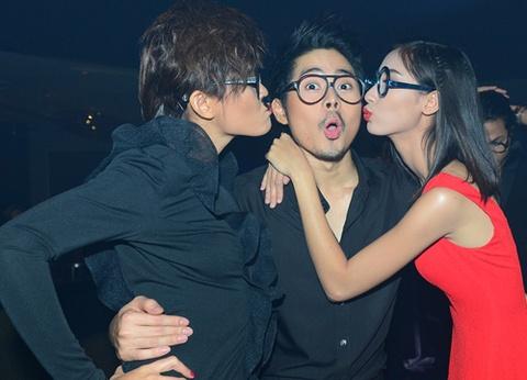 Hot boy Anh Quan Next Top Model duoc ban gai hon trong tiec hinh anh