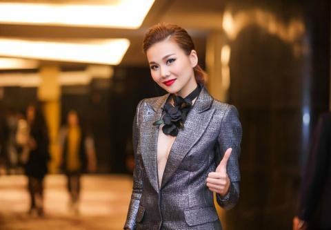 Thanh Hang dien ao vest goi cam du tiec o Ha Noi hinh anh 1