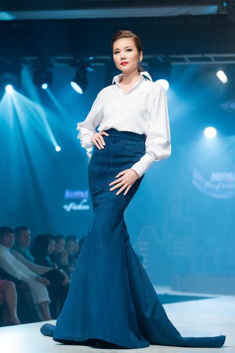 Thanh Hang dien ao vest goi cam du tiec o Ha Noi hinh anh 3