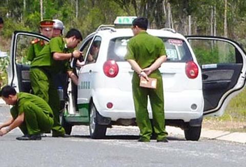 Ten cuop taxi dap dau doa tu sat khi bi bat hinh anh