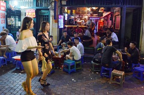 Nguoi song o pho di bo quanh Ho Guom phai dat xe ve nha hinh anh