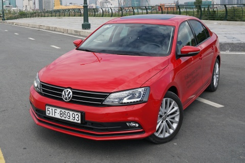 Volkswagen Jetta giam 100 trieu dong, ve ngang Corolla Altis hinh anh