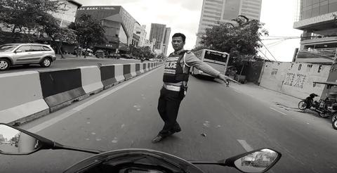 Video biker Viet Nam tu quay canh dua tien cho CSGT Campuchia hinh anh