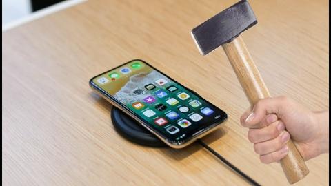 Nguoi dan Tho Nhi Ky dua nhau dap pha iPhone hinh anh