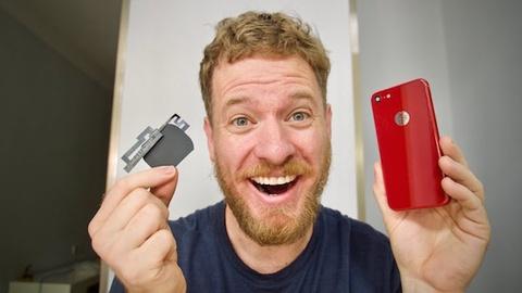Nguoi dan ong nay tu che sac khong day cho iPhone 7 tai nha hinh anh
