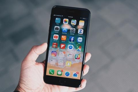 iPhone moi e am, may cu giam manh dip cuoi nam hinh anh