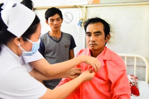 Ong Huynh Van Nen da hoi phuc va di lai sau tai nan hinh anh 3