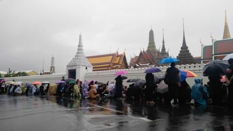 Nguoi Thai doi mua cho vieng Quoc vuong Bhumibol hinh anh 3