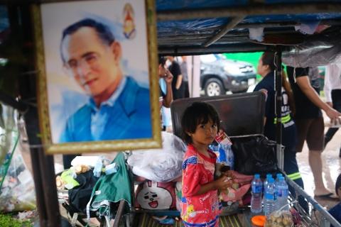Nguoi Thai doi mua cho vieng Quoc vuong Bhumibol hinh anh 6