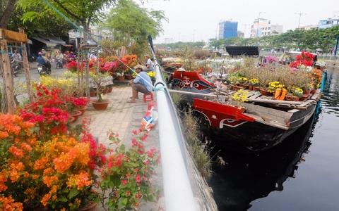 Ben Binh Dong ruc ro hoa kieng tren ben duoi thuyen hinh anh