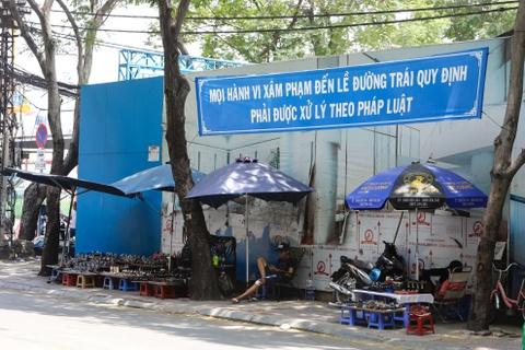 Hang rong vay quanh Bao tang My thuat TP.HCM hinh anh