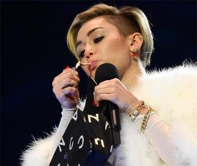 Miley Cyrus bi 'so gay' vi hut thuoc tren san khau hinh anh