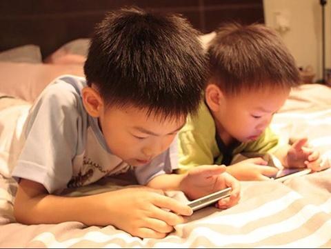 Tre em bao nhieu tuoi khong duoc dung smartphone? hinh anh