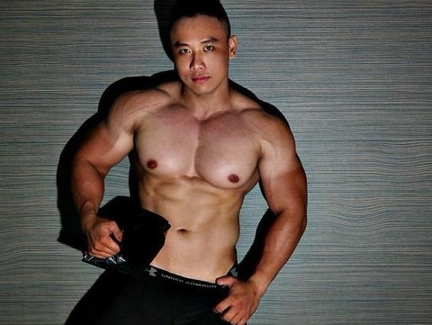 Chang trai nang 105 kg van so huu co bung 6 mui hinh anh