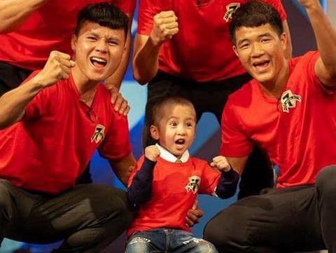 Cuoc chien cua cau be 4 tuoi ung thu nao duoc da bong cung Quang Hai hinh anh