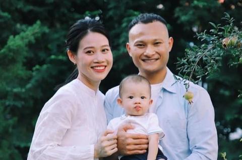 Trong Hoang dang anh don Trung thu dau tien cung con trai hinh anh