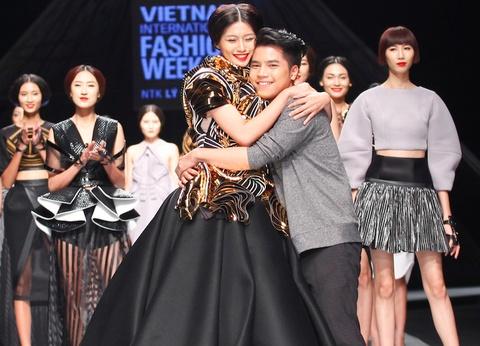 Ly Giam Tien - Hoang Minh Ha dot pha o Tuan le thoi trang hinh anh