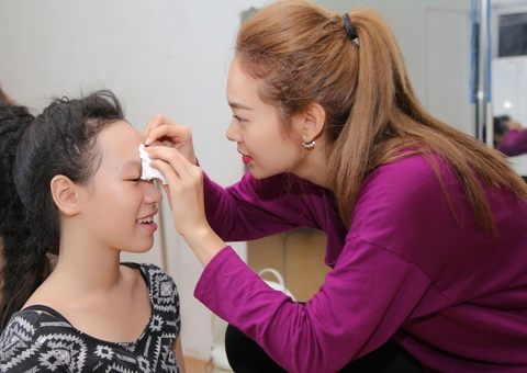 Minh Hang tan tinh cham soc vet thuong cho tro cung hinh anh