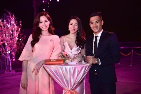 Cong Vinh tinh cam cham soc cho Thuy Tien hinh anh 4