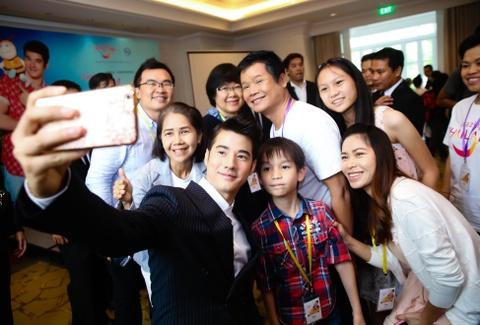 Fan Viet sung suong duoc Mario Maurer om hinh anh 13