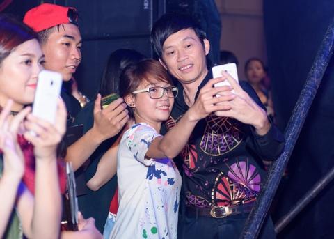 Hoai Linh duoc fan vay kin du xuat hien muon tai su kien hinh anh