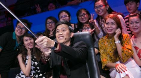 Hoai Linh chup anh selfie voi fan o On gioi, cau day roi hinh anh
