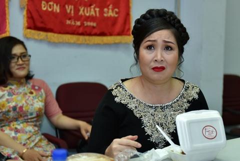 Hoai Linh treu choc can nang cua Hong Van trong canh ga hinh anh 4