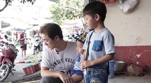 Dang Khoi dua con trai di cho thay vo hinh anh