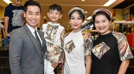 Me con Kieu Trinh hao huc xem phim 'Cha cong con' hinh anh