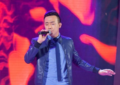 Tran Thanh the hien tai nang ca hat tren san khau hinh anh