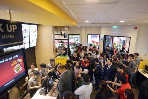 Khach thu do to mo ngay McDonald's mo cua hang dau tien tai Ha Noi hinh anh