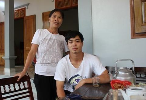 Me Cong Phuong roi le khi thay con ghi ban hinh anh