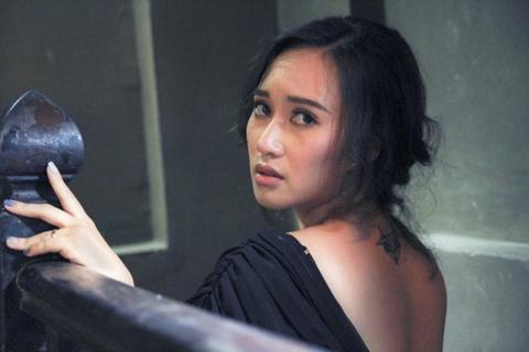 Khanh Linh ra mat MV nhac phim 'Song chung voi me chong' hinh anh