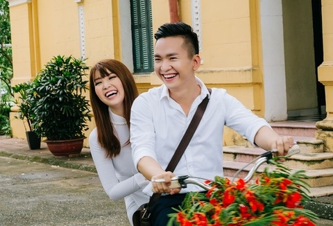 A hau Thuy Van va MC Hanh Phuc khoe giong hat trong MV ve tuoi hoc tro hinh anh