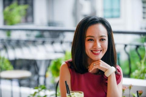 Hoai Anh cua Thoi su VTV: 'Thach thuc cua toi la so khan gia chan' hinh anh